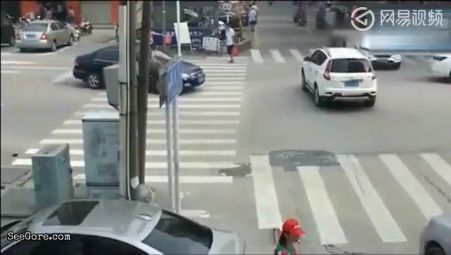 A woman tries to go straight but a truck turns over her 14
