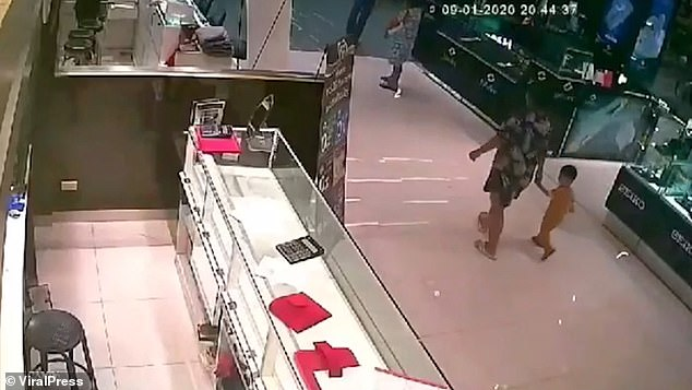 3 dead in mall shooting at Thailand 4