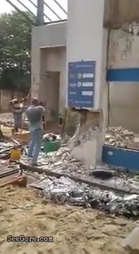 Big piece of concrete collapses onto a worker 4