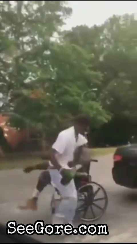 Man on wheelchair beat a drunk man 4